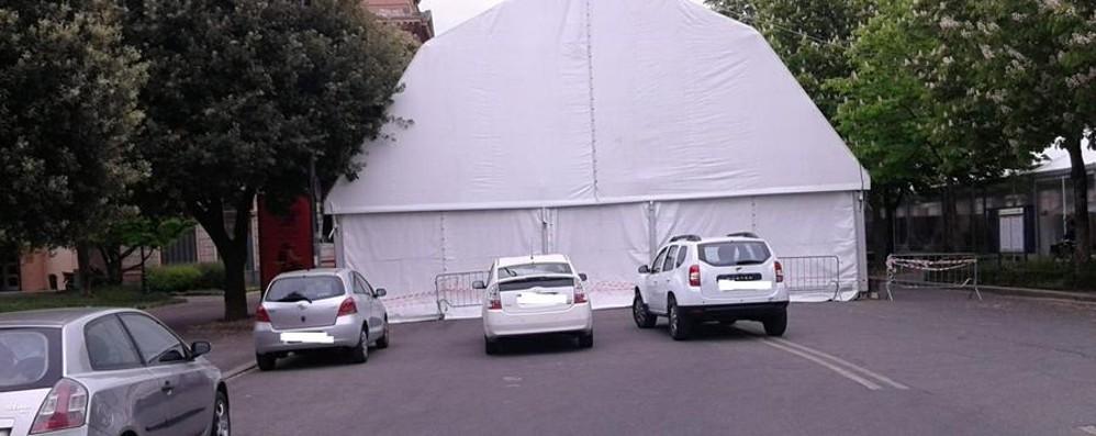 Parcheggio selvaggio in pieno centro Dopo Palafrizzoni, la fiera dei Librai