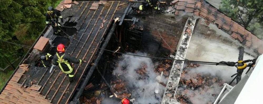 Casazza, tetto distrutto dalle fiamme Ultimo piano di una palazzina inagibile