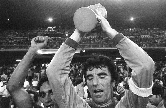 Dino Zoff con la Coppa del Mondo conquistata in Spagna nel 1982