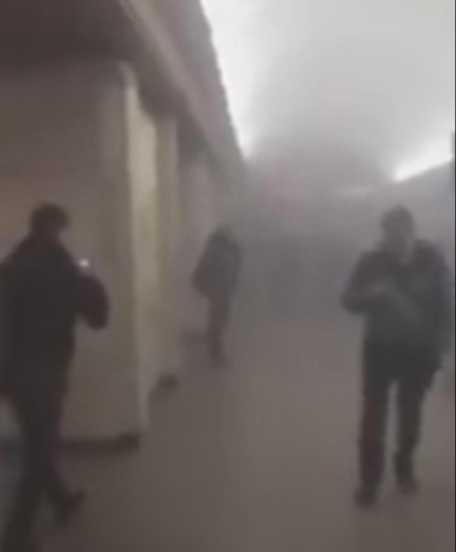 Un fermo immagine tratto da un video di profilo Twitter mostra gli effetti dell'esplosione nella metro di San Pietroburgo.