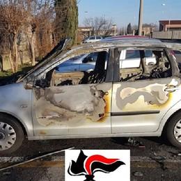 Vandalo 19enne incendia auto a Madone Scoperto dai carabinieri, poi confessa