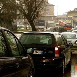 Incidente ad Ambivere, 3 giovani feriti Traffico in tilt sull'Asse in zona Isola