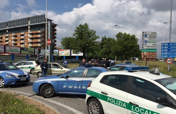 Bergamo, mendicante ferisce poliziotta Fermato da un colpo di ...