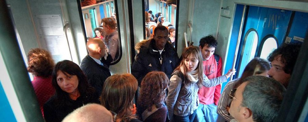 La via Carnate? I pendolari: evitatela Mattinata di guasti e atti vandalici