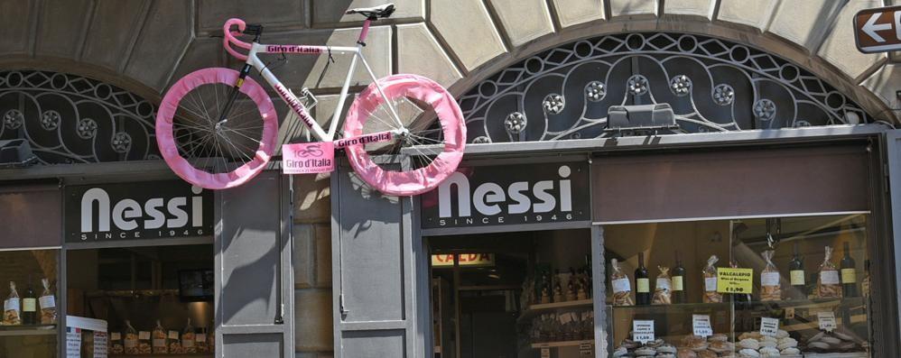 Bergamo prepara la  festa per il Giro  Vetrine rosa e cibo d'eccezione - Foto