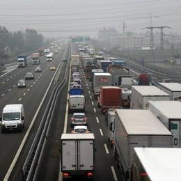 Furgone  ribaltato in autostrada Code tra Pontoglio e Grumello