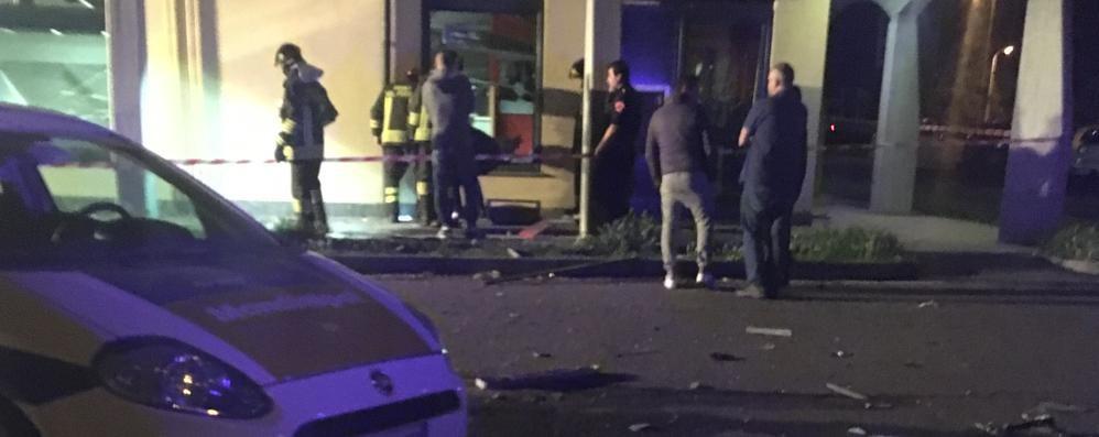 Assalto in banca, violenta esplosione  I ladri «esagerano» e si bruciano il bottino
