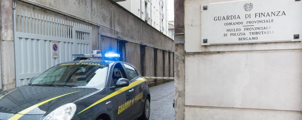 Cerca la verità su figlia e nipote morte Falso sacerdote gli spilla soldi: arrestato