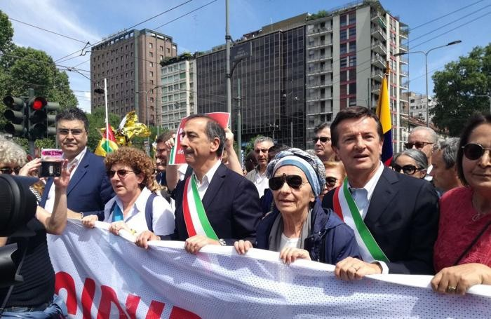 Il sindaco Gori in testa al corteo con Fiano (Pd), Sala e la Bonino.