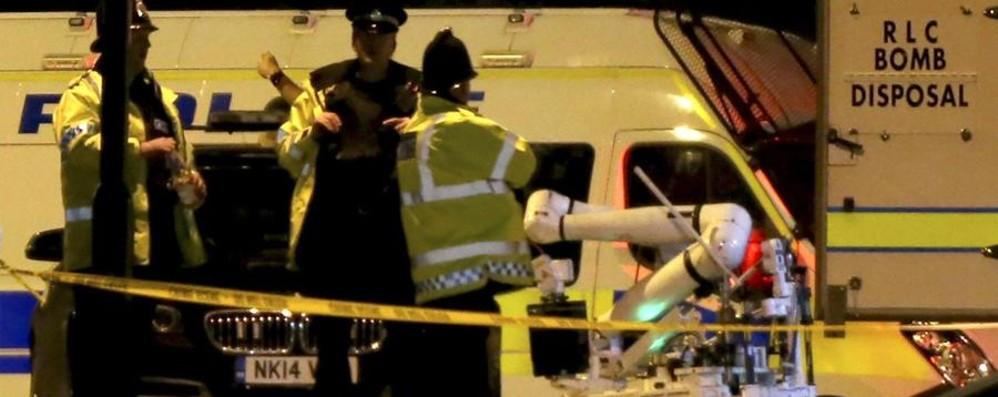 Manchester  dopo la strage al concerto Un arresto. Evacuato shopping-center