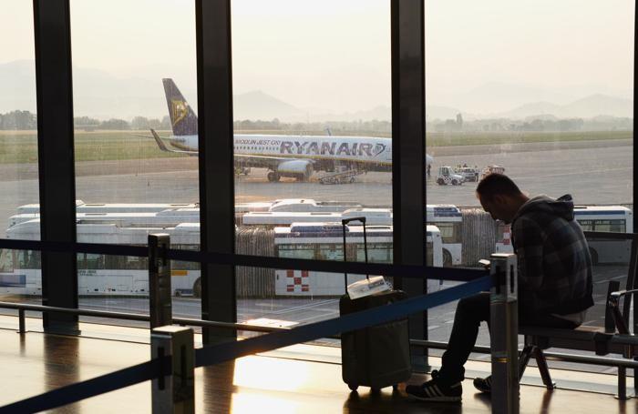 aeroporto di orio al serio - passeggero con la valigia e aereo Ryanair