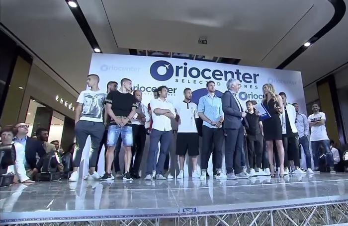 Gasperini e i giocatori dell'Atalanta all'inaugurazione del nuovo Oriocenter