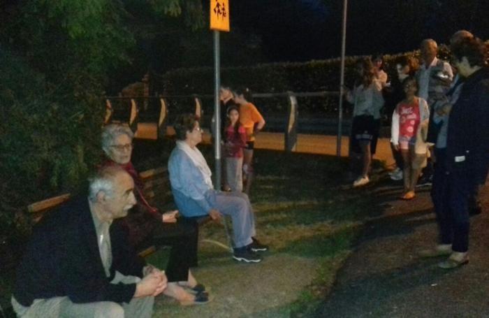 La gente in attesa a Berbenno