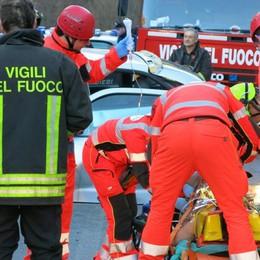 Vertova, auto contro un palo Conducente in ospedale