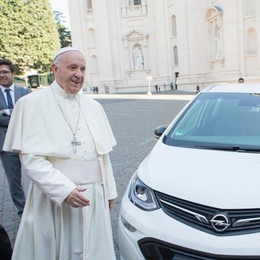 Da Opel a Papa Francesco un'elettrica Ampera-e