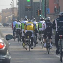 «I ciclisti in gruppo o sui marciapiedi? Non è illegale, serve per sicurezza»