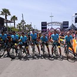 Il Giro parte con un minuto di silenzio in ricordo di Michele Scarponi – Video