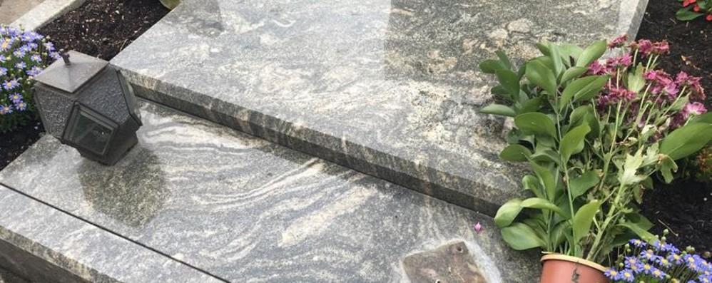 Razzìa al cimitero di Credaro «Rubati portafiori, furto ignobile»