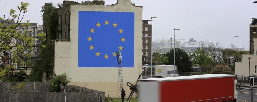 Una stella strappata alla bandiera Ue A Dover spunta un murale di Banksy