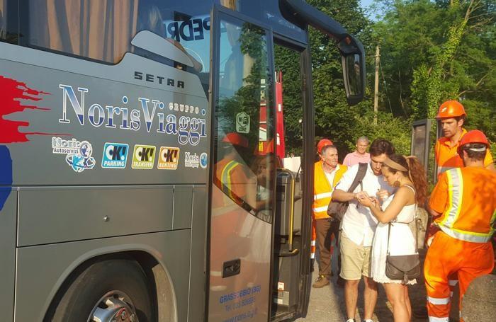 Uno dei bus sostitutivi per i pendolari bloccati sulla linea