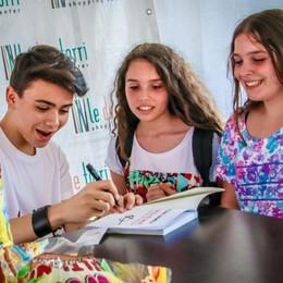 L'abbraccio delle fan a Spinelli - Video  A Stezzano tutte pazze per Luciano - Foto
