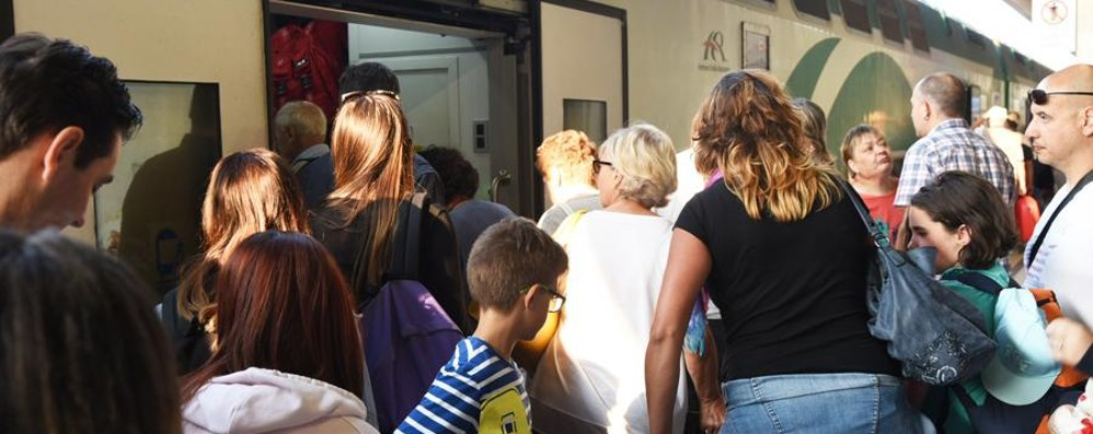 Tutti a mare con la Freccia Orobica Folla sul treno per la Riviera - Foto e Video