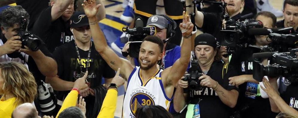 Curry e i suoi Warriors campioni Nba Non bastano i 41 punti di Le Bron James