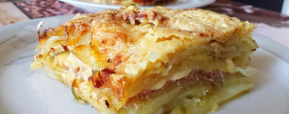È estate: la parmigiana con le patate,  il prosciutto e la mozzarella fresca