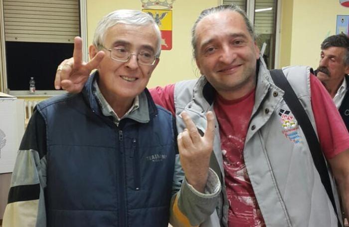 A sinistra, il  sindaco grillino di Parzanica Antonio Ferrari