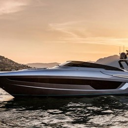 Sarnico, spettacolare presentazione Riva, il nuovo yacht di extra lusso -Video