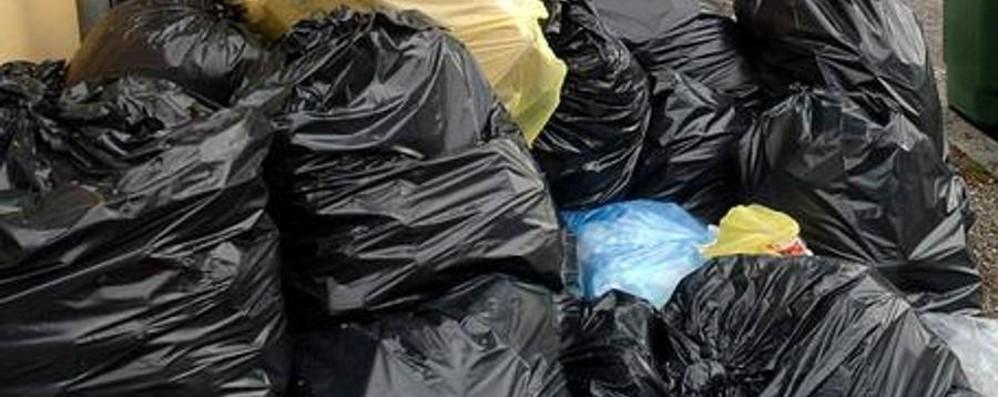 «Raccolta rifiuti, vi porto a casa i sacchi» Segnalazioni a Bergamo: è una truffa