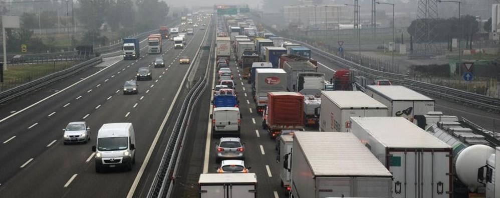 Trezzo, Tir perde il carico in A4 Cinque km di coda verso Milano