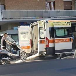 Lo scooter non sta molto bene Caricato in ambulanza (a Roma)
