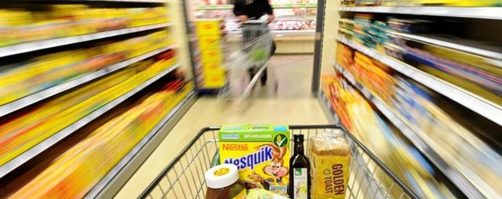 Si conoscono tra le corsie e si sposano Il supermercato regala loro la spesa