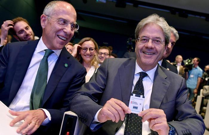 Il presidente del Consiglio Paolo Gentiloni (a destra) con l'amministratore delegato Enel Francesco Starace