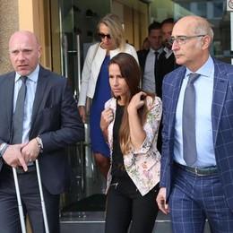 Bossetti stringe la mano alla moglie Il procuratore: «Sentenza ineccepibile»