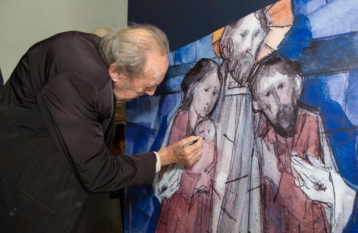 Trento Longaretti ritocca una riproduzione della sua opera.