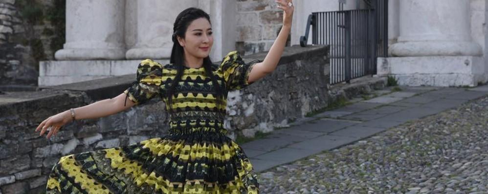 Pop star cinese gira un video sulle Mura «Bergamo è una città fantastica»