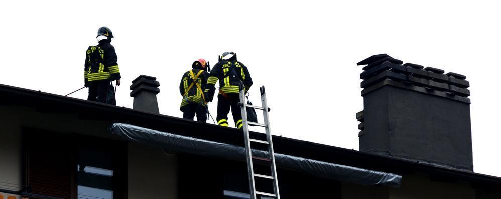 Cellulare lasciato in carica sul divano Scoppia un incendio in appartamento