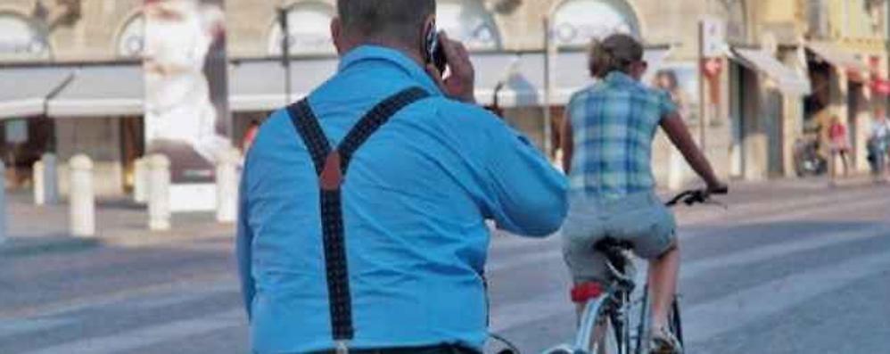 Un'App che stoppa il telefono in bici «E una per chi va in automobile?»