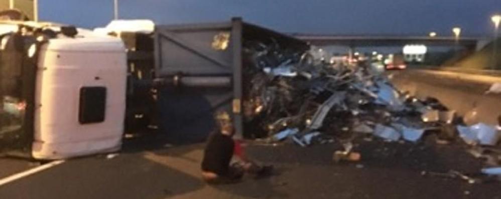 Camion ribaltato all'alba  in  A4 Autostrada riaperta dopo il caos