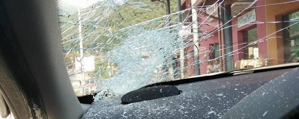 Parabrezza distrutto da un sasso L'allarme sulla statale 42 del Sebino
