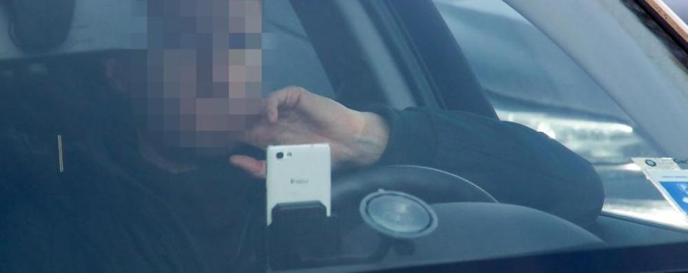 Smarthone alla guida, niente linea dura No a sospensione della patente
