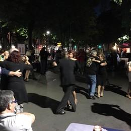 Tango contro il degrado di Piazzale Alpini Il sabato sera si trasforma in milonga