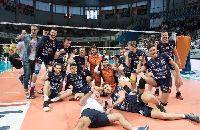 Pallavolo maschile - i giocatori dell'Olimpia - Caloni Agnelli dopo la vittoria con la Castellana Grotte nello scorso campionato