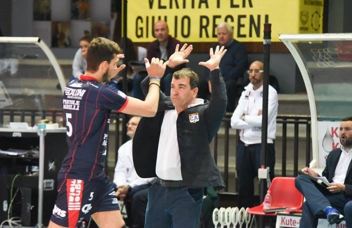 Pallavolo serie A2 maschile 2016/17 Gianluca Graziosi allenatore della Caloni Agnelli con i giocatori (il numero 5 è Oreste Cavuto)