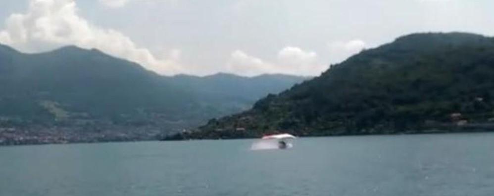 Deltaplano si rovescia sul lago Intervento nel Sebino - Video