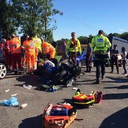 Motociclista travolto da un'auto Il cuore si ferma, salvato da passante