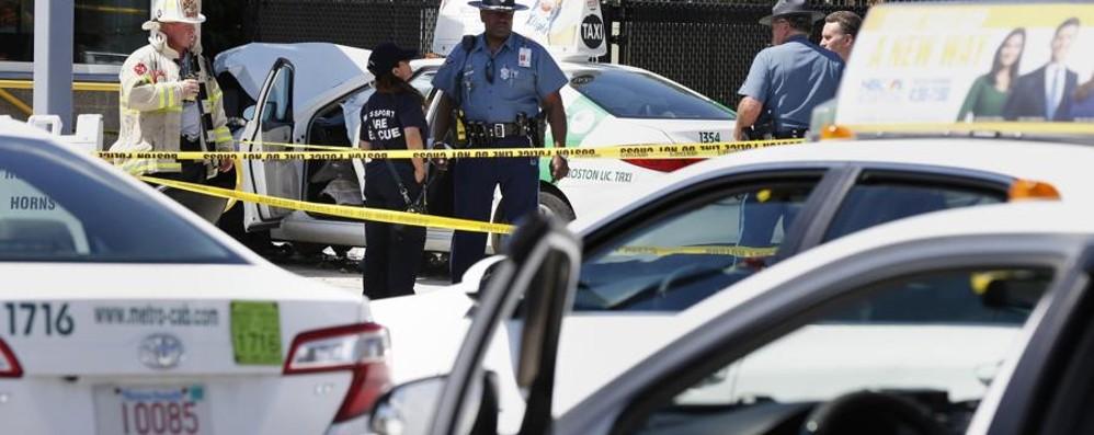 Errore o attentato allo scalo di Boston?  Taxi sulla folla: diverse persone travolte