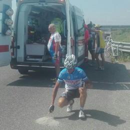 Non riescono a evitare cunetta di cemento Rovinosa caduta di ciclisti, grave 82enne